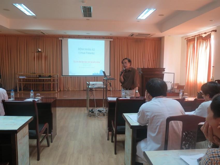 PGS.TS Võ Văn Thắng, Giám đốc Viện nghiên cứu sức khỏe cộng đồng giới thiệu về dự án TAME ( giảng dạy theo hướng phòng tránh sai sót y khoa) và phương pháp giảng dạy BPL trên bệnh nhân ảo (VPs).