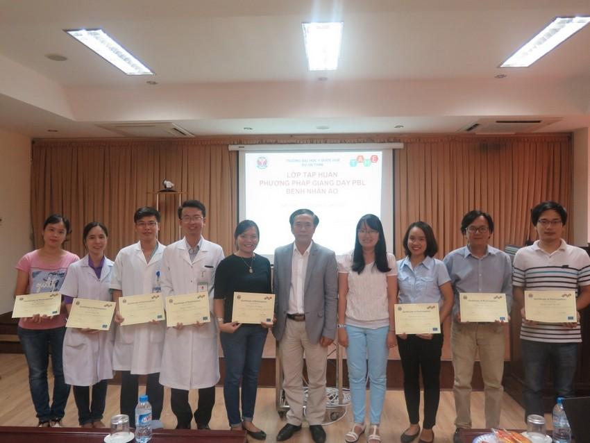 PGS.TS Võ Văn Thắng trao giấy chứng nhận cho các hội thảo viên của khóa huấn luyện
