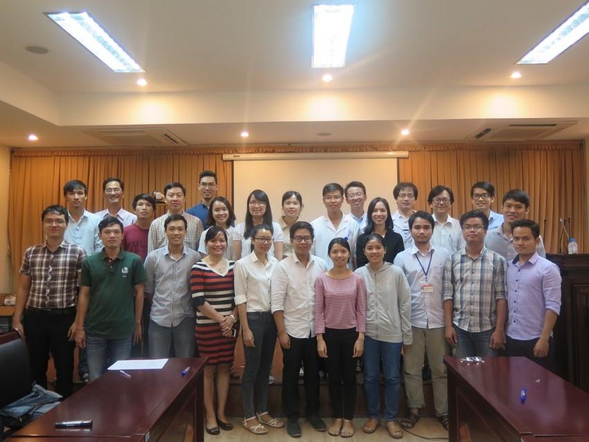 Các hội thảo viên và sinh viên của khóa huấn luyện cùng chụp ảnh lưu niệm.