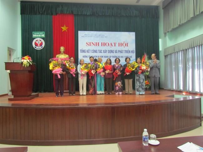 """DS.Phan Trung Ký, Chủ tịch Hội Cựu giáo chức Trường trao tặng Kỷ niệm chương """"Vì sự nghiệp xây dựng và phát triển Hội Cựu giáo chức Việt Nam"""" cho các Hội viên có nhiều đóng góp cho Hội."""