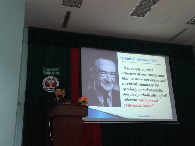 GS GS.Pisake Lumbigano, Đại học Khonkaen Thái Lan giảng dạy tại khóa huấn luyện nghiên cứu về Cochrane.