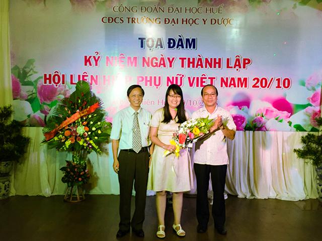 GS.TS Võ Tam- Phó hiệu trưởng, đ/c Trần Văn Hòa- Chủ tịch công đoàn trường tặng hoa và quà cho tân Phó Giáo sư