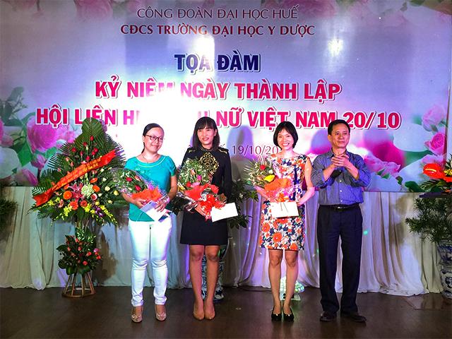 TS. Nguyễn Sanh Tùng, Phó Bí thư Đảng ủy, Chủ tịch hội đồng Trường tặng hoa và quà cho các tân Tiến sĩ