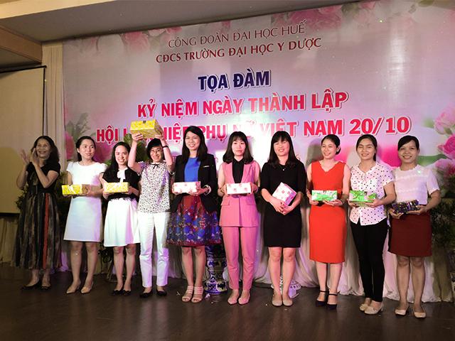PGS. TS. Trần Thị Minh Diễm, nguyên Trưởng Ban Nữ công trao phần thưởng xổ số may mắn