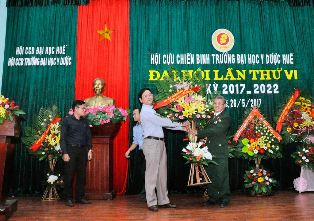 Đồng chí Lê Nam Hải - Chủ tịch Hội CCB Đại học Huế tặng hoa chúc mừng đại hội