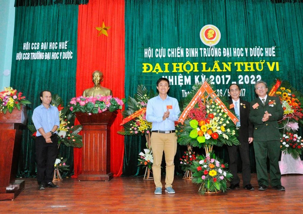 Đại diện Đoàn Thanh niên Trường tặng hoa chúc mừng đại hội