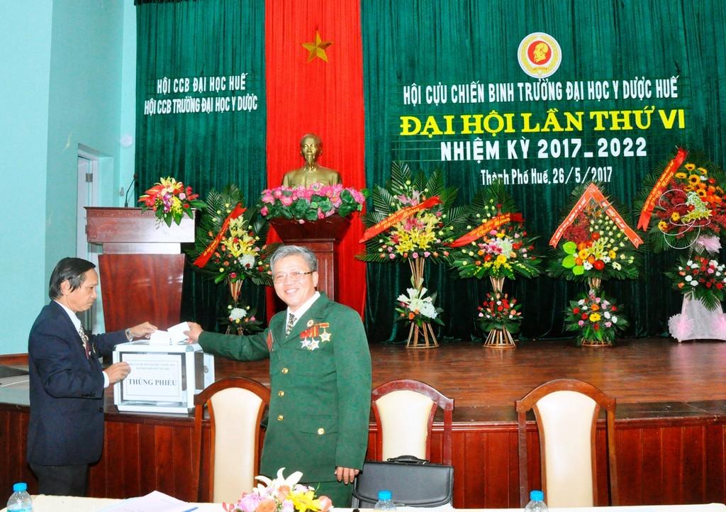 Ban Giám hiệu Trường tặng hoa chúc mừng thành công đại hội