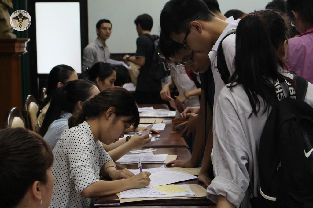 Các phòng chức năng giúp các bạn tân sinh viên hoàn thành thủ tục nhập học