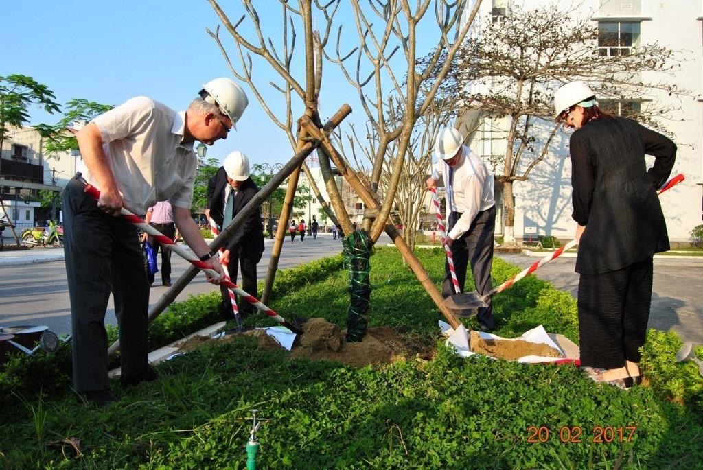 GS.Cao Ngọc Thành – Hiệu trưởng Trường cùng trồng cây lưu niệm với Đại sứ Đức và các thành viên của Đoàn Đại sứ quán Đức tại sân trường Đại học Y Dược Huế.