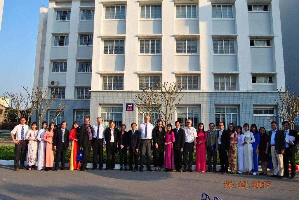 Trường Đại học Y Dược Huế cùng chụp ảnh lưu niệm với Đại sứ Đức và các thành viên của Đại sứ quán Đức.