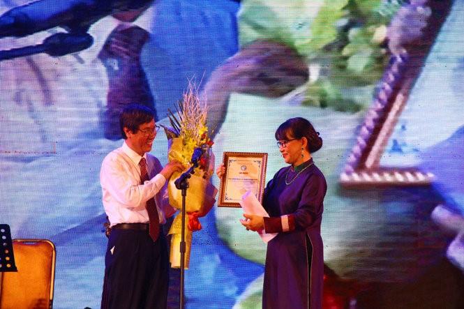 GS. Cao Ngọc Thành – Hiệu trưởng Trường Đại học Y Dược Huế tặng hoa và trao giấy chứng nhận đến Gia đình cố nhạc sĩ Trịnh Công Sơn