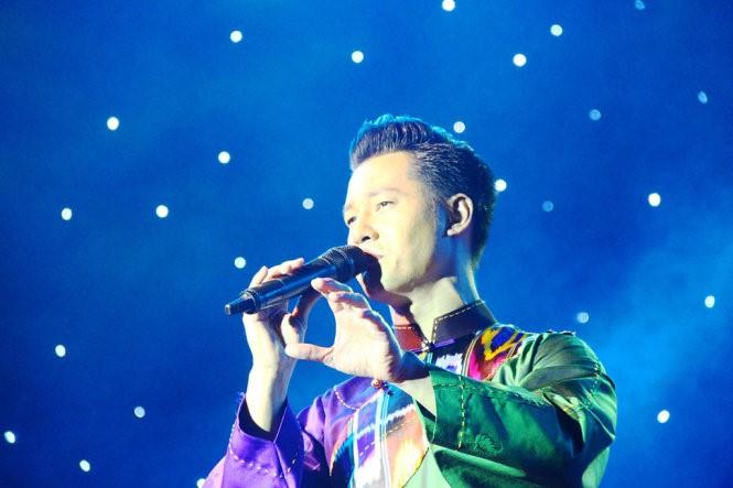 Ca sĩ Đức Tuấn thể hiện 3 ca khúc tại đêm nhạc