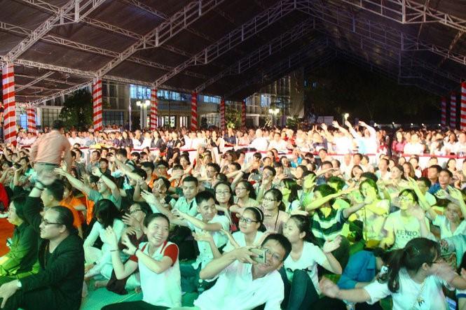Đông đảo khán giả cùng hòa nhịp với những ca khúc của cố nhạc sĩ Trịnh Công Sơn