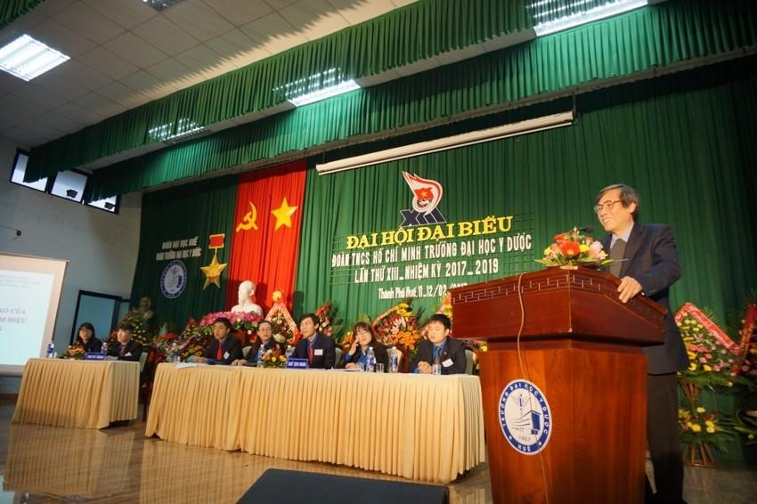 GS.Cao Ngọc Thành- Bí thư Đảng ủy, Hiệu trưởng Trường Đại học Y Dược Huế phát biểu tại Đại hội Đoàn TNCS Trường Đại học Y Dược Huế lần thứ XIII