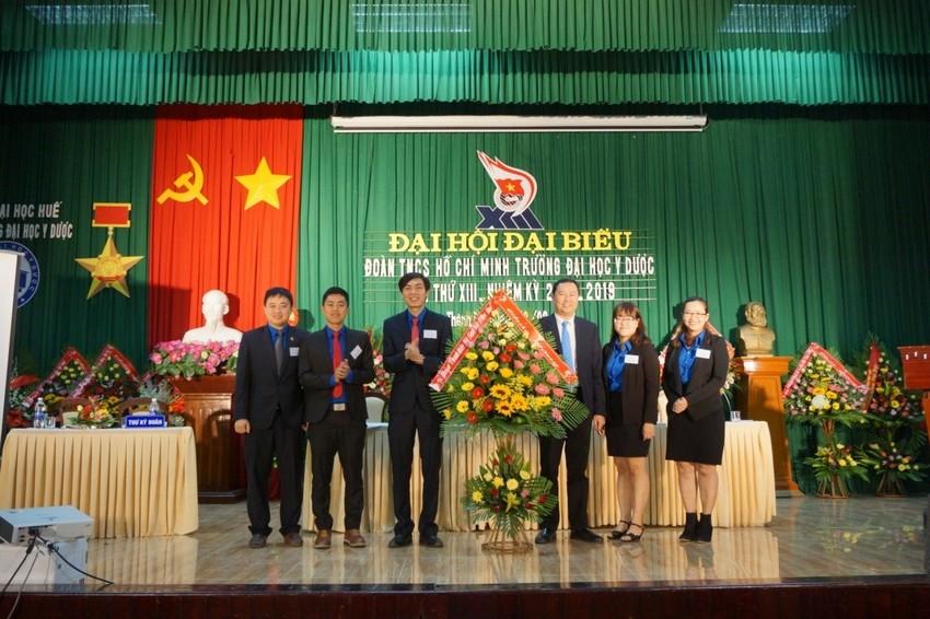 Đ/c Phan Hoàng Hải – Bí thư Đoàn ĐHH thay mặt Đoàn TN - Hội sinh viên ĐHH tặng hoa chúc mừng Đại hội.