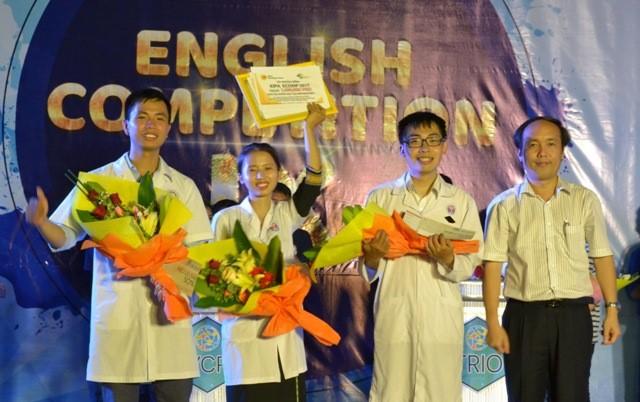 PGS.TS Nguyễn Khoa Hùng, Phó Hiệu trưởng Trường Đại học Y Dược Huế trao giải nhất cho đội Bangy