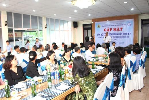 GS Võ Tam, P.Hiệu trưởng, nguyên Chủ tịch Công đoàn từ 2008-2010, phát biểu chào mừng các thầy cô về dự buổi gặp mặt của các thế hệ cán bộ công đoàn