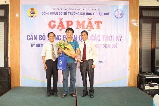 Công đoàn Trường Đại học Y Dược Huế tặng hoa và quà lưu niệm  cho Đ/c Nguyễn Duy Chinh, nguyên P.chủ tịch Công đoàn Đại học Huế