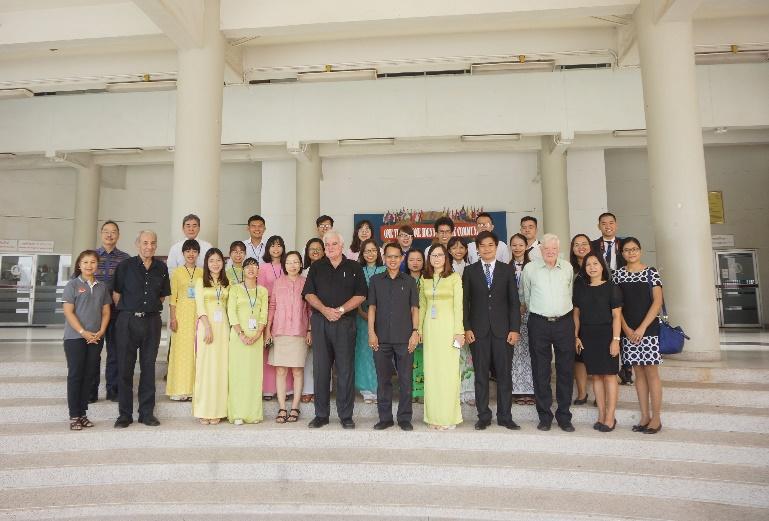 Chụp ảnh lưu niệm với Trưởng khoa YTCC và giảng viên của trường Đại học Khon Kaen - Thái Lan