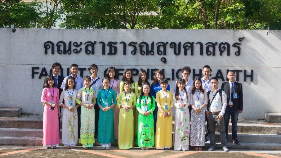 Chụp hình lưu niệm tại Khoa Y tế công cộng ĐH Khon Kaen - Thái Lan