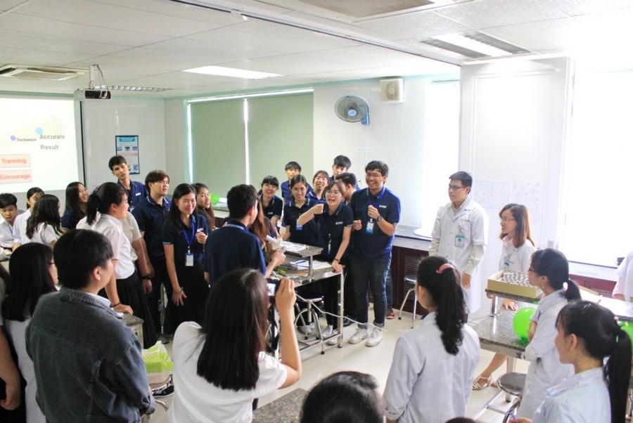 Hình 6: Lớp học thực hành Sức khỏe môi trường