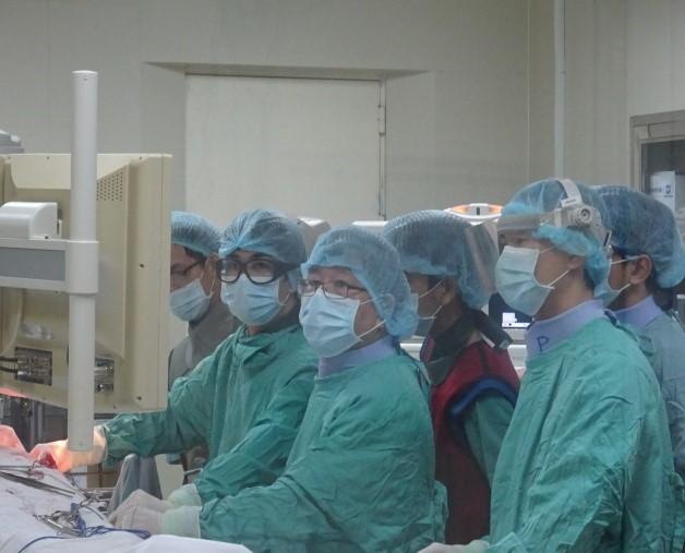 Cấy máy tạo nhịp tim CRT và giảng bài cho với đội ngũ tim mạch trẻ tại bệnh viện Trường Đại học Y Dược Huế.