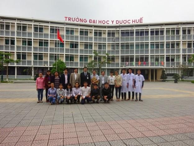 Gặp mặt các SV nhận học bổng BMF nhân dịp 60 năm tại Trường YD Huế (GS Bùi Minh người đứng giữa)