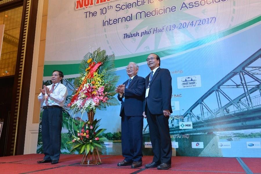 TS Nguyễn Nam Hùng – Giám đốc Sở Y tế Thừa Thiên Huế, đại diện cho UBND tỉnh Thừa Thiên Huế tặng hoa cho đại diện Ban Tổ chức Hội nghị