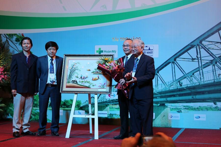 GS.TS Nguyễn Khánh Trạch tặng tranh lưu niệm cho Ban tổ chức của trường và bộ môn Nội.