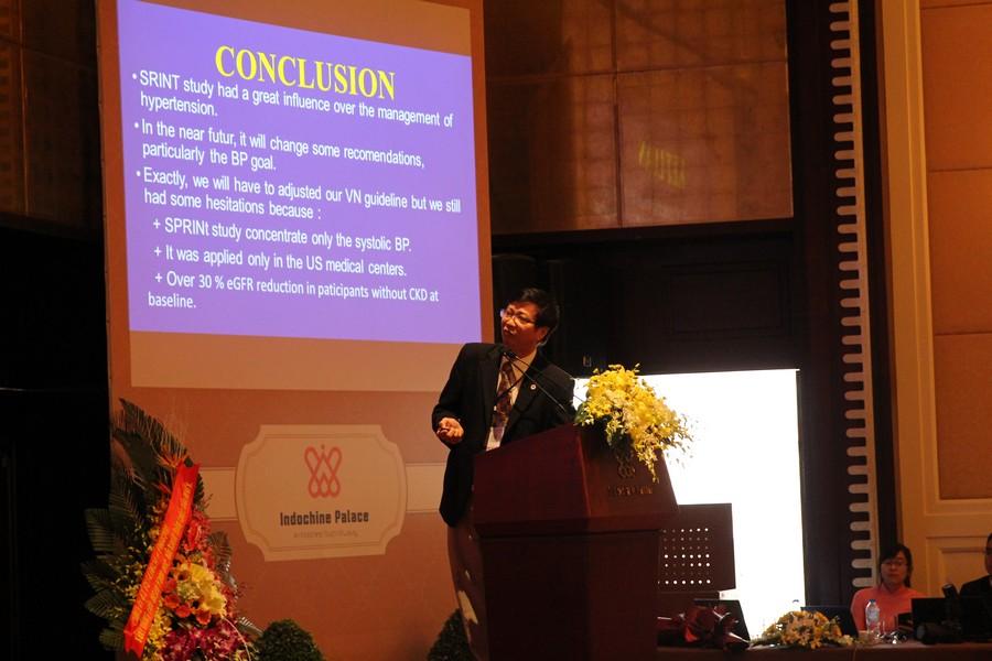 GS.TS Huỳnh Văn Minh báo cáo ở hội nghị