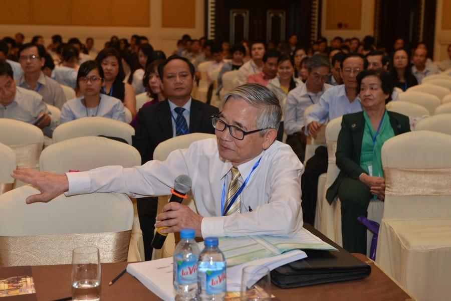 Thầy Võ Phụng, dù đã lớn tuổi, vẫn tâm huyết tham luận với hội nghị.