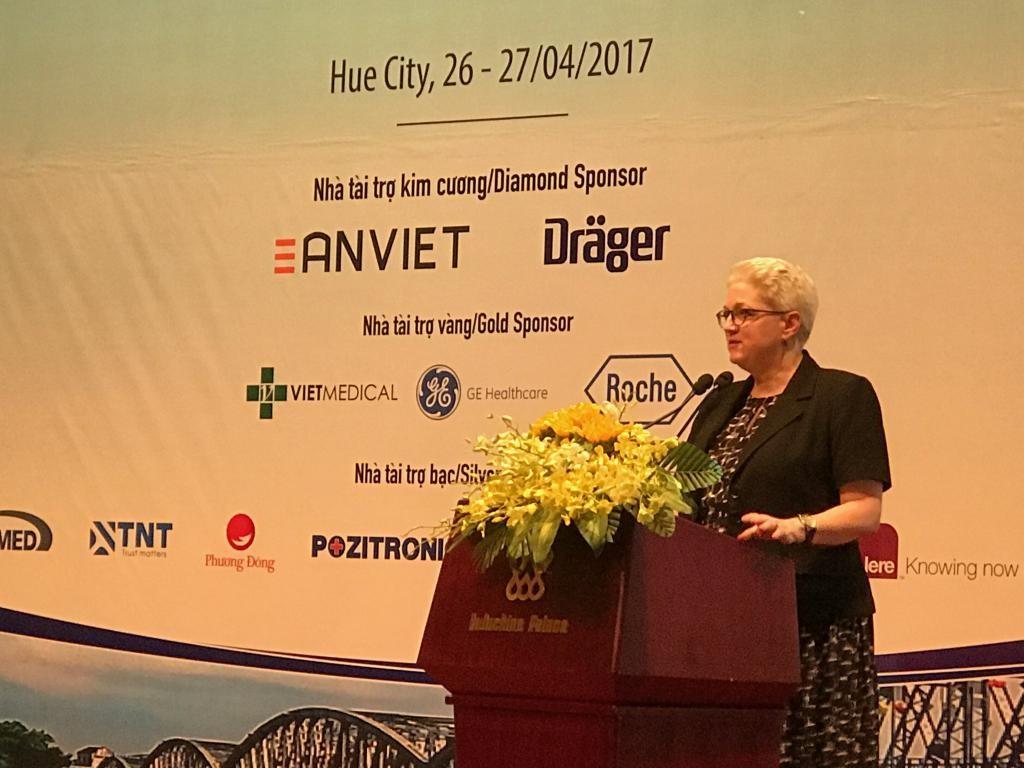 Bà Susan Sutton, Phó Đại sứ Hoa Kỳ tại Việt Nam phát biểu tại phiên khai mạc hội nghị