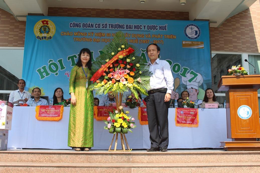 PGS.TS Nguyễn Khoa Hùng, Phó hiệu trưởng Trường ĐHYD Huế thay mặt Đảng uỷ, Ban Giám hiệu tặng hoa cho nữ CBVC-NLĐ Trường
