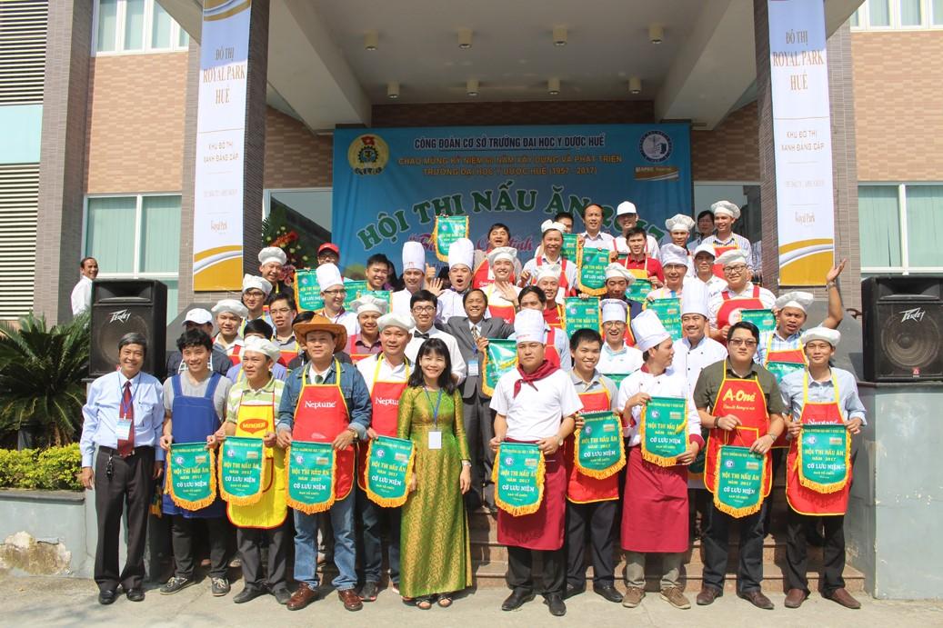 Các đội tham dự thi nhận cờ lưu niệm của Ban tổ chức