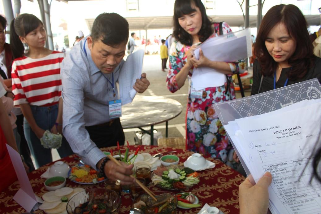 Ông Lê Công Hùng- Trưởng ban giám khảo cùng các thành viên giám khảo chấm các món ăn dự thi của các đội