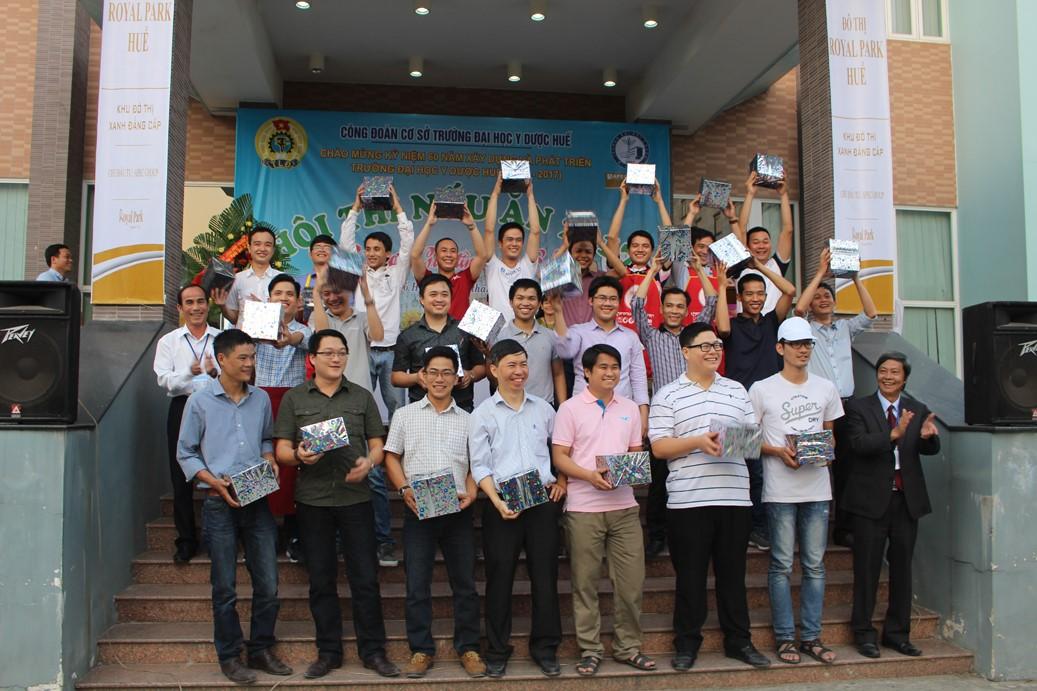 Đ/c Trần Thanh Phước và đ/c Trương Đình Huỳnh - phó chủ tịch Công đoàn Trường trao quà lưu niệm cho các đội dự thi