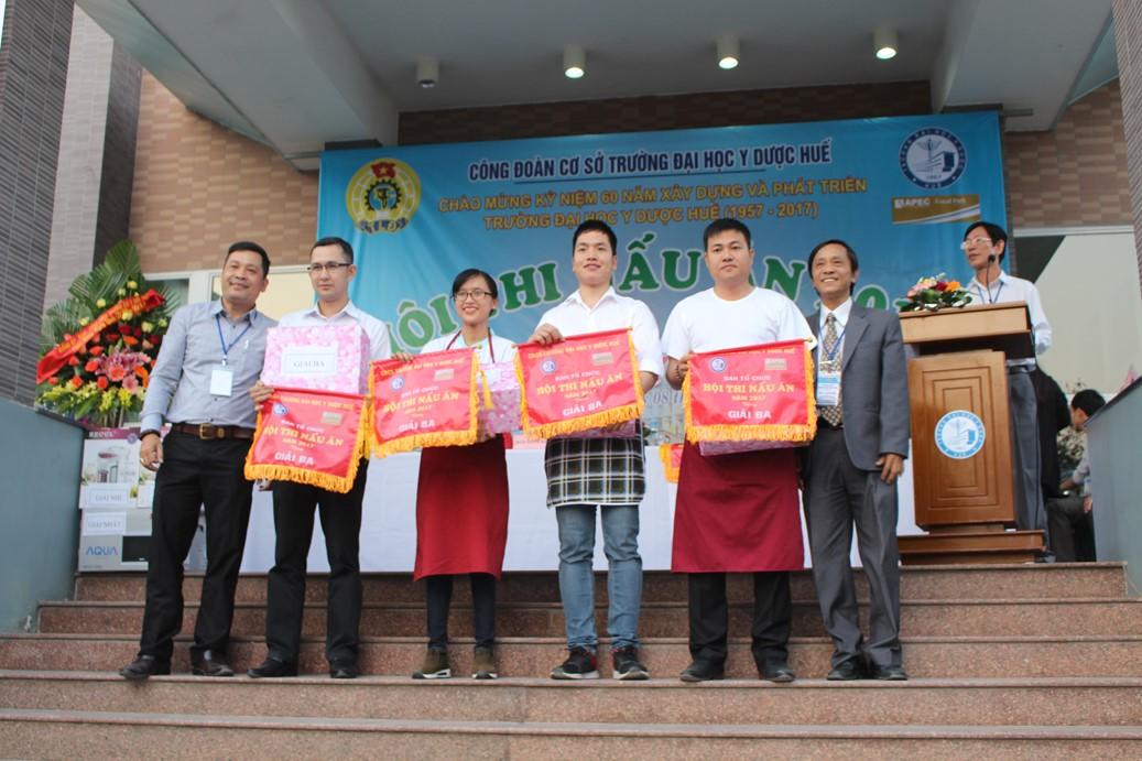 Ông Lê Công Hùng- Trưởng ban Giám khảo và đ/c Trần Văn Hoà, chủ tịch công đoàn Trường trao Giải Ba cho các đội dự thi
