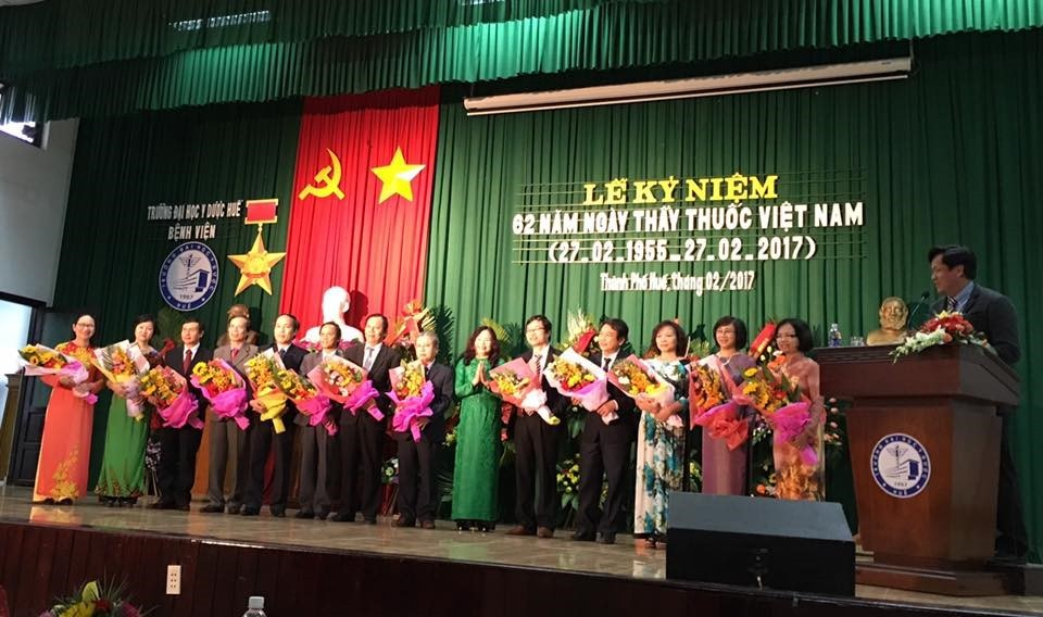 Bà Đoàn Thị Thanh Huyền – Uỷ viên Thường vụ, Trưởng Ban tổ chức Tỉnh ủy tỉnh T-T-Huế tặng hoa chúc mừng cho Thầy thuốc Ưu tú của Trường Đại học Y Dược Huế.