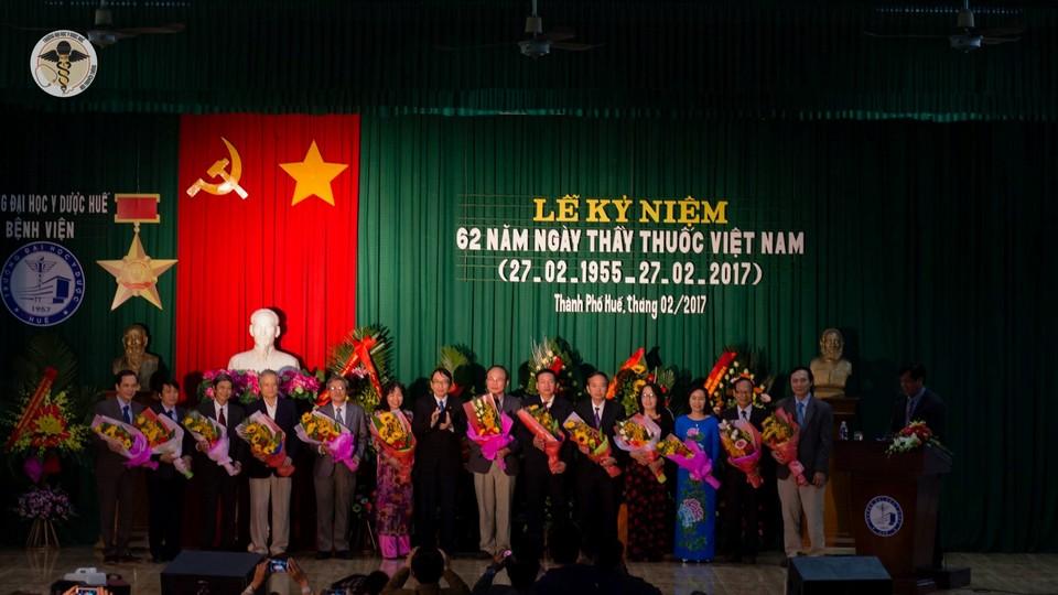 PGS.TS Nguyễn Quang Linh, Phó Bí thư Đảng ủy, Giám đốc Đại học Huế tặng hoa chúc mừng cho Thầy thuốc Ưu tú của Trường Đại học Y Dược Huế.