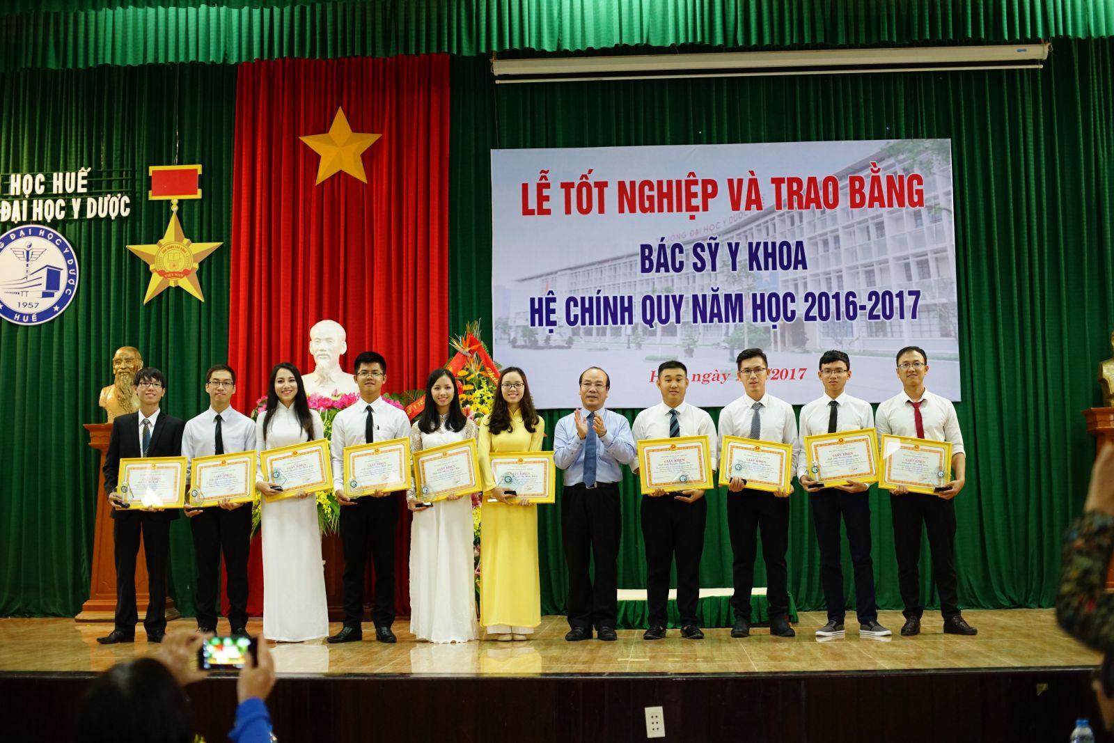 GS. Võ Tam, Phó Hiệu trưởng trao tặng Giấy khen cho những sinh viên đạt kết quả học tập xuất sắc/giỏi, rèn luyện xuất sắc/tốt và tích cực tham gia các công tác của Nhà trường trong toàn khóa học.