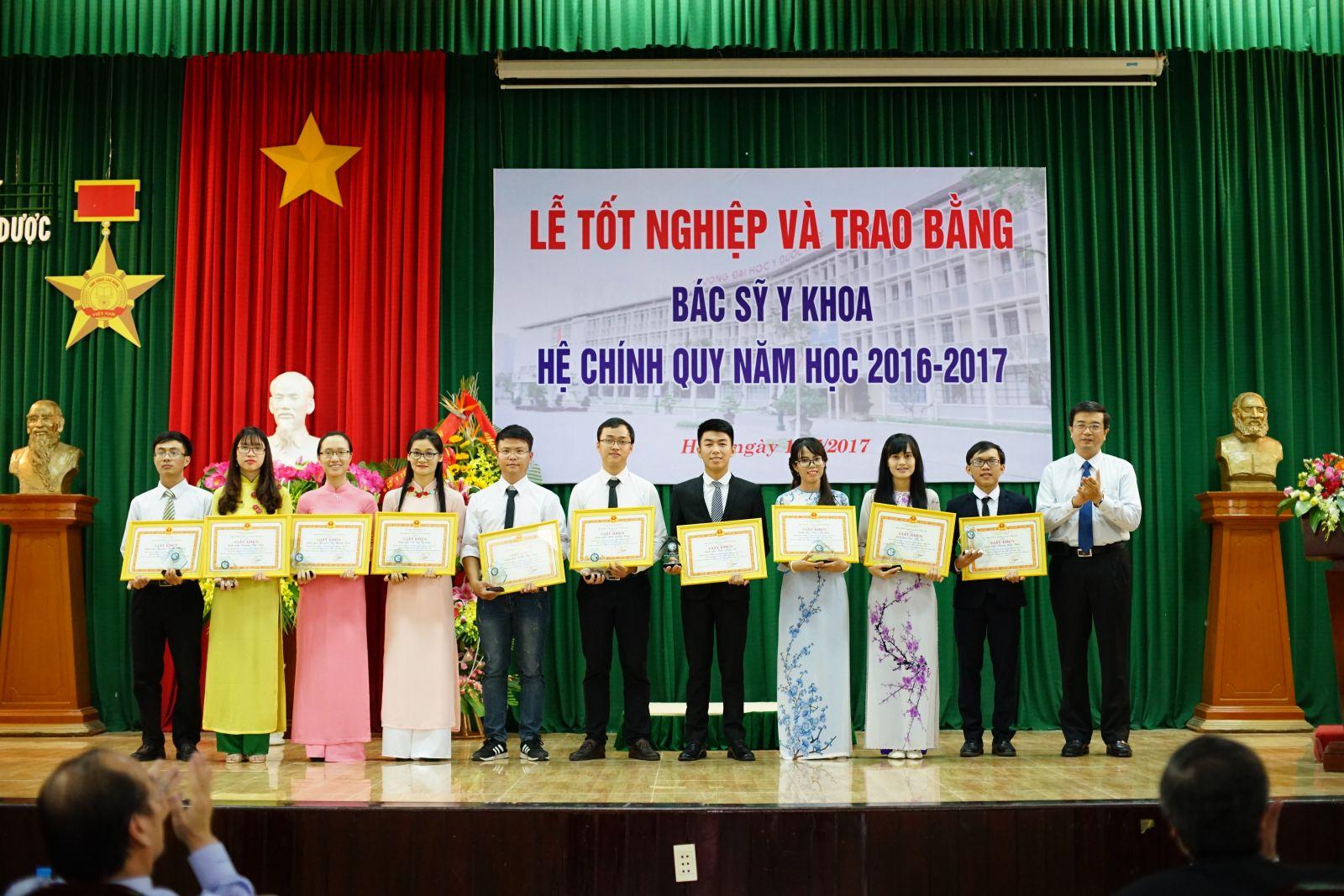 PGS.TS. Nguyễn Vũ Quốc Huy, Phó Hiệu trưởng trao tặng Giấy khen cho những sinh viên đạt kết quả học tập xuất sắc/giỏi, rèn luyện xuất sắc/tốt và tích cực tham gia các công tác của Nhà trường trong toàn khóa học.