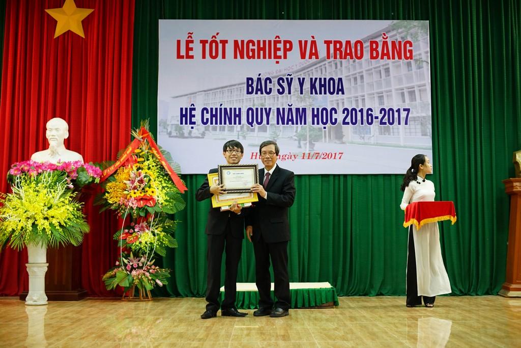 GS. Cao Ngọc Thành, Hiệu trưởng trao Giấy khen cho sinh viên thủ khoa ngành Y đa khoa năm học 2016-2017