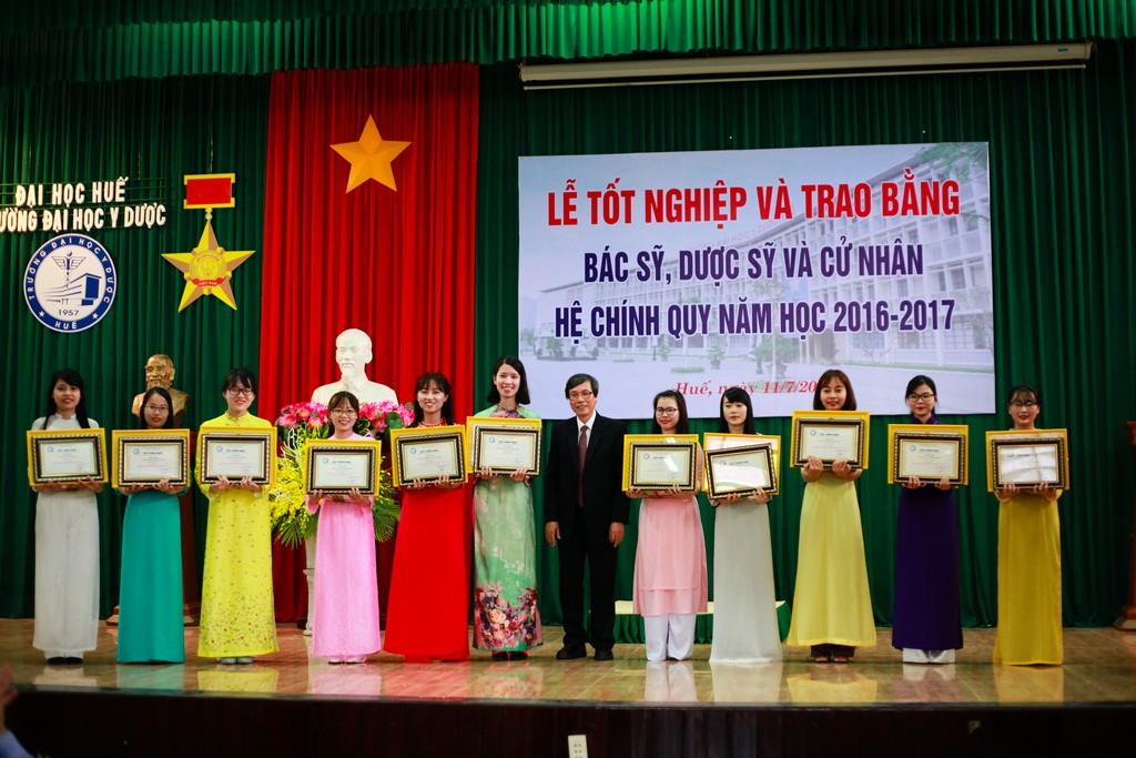 GS. Cao Ngọc Thành, Hiệu trưởng trao Giấy khen cho sinh viên thủ khoa của các ngành đào tạo hệ chính quy năm học 2016-2017.