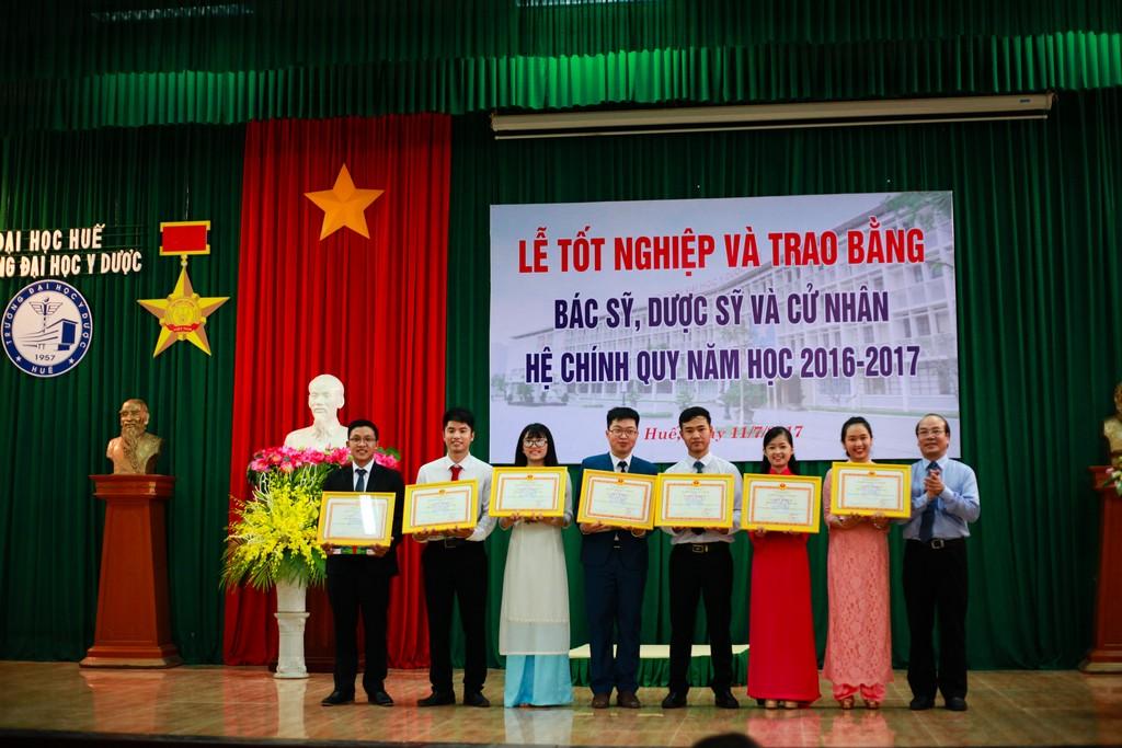 GS. Võ Tam, Phó Hiệu trưởng trao tặng Giấy khen cho những cán bộ Đoàn có thành tích xuất sắc trong công tác hoạt động phong trào thanh niên trong toàn khóa học.