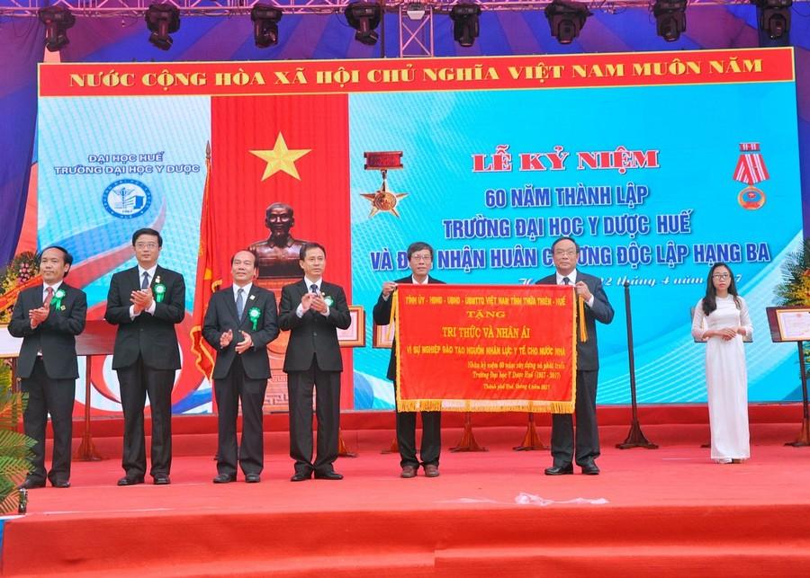 Ông Nguyễn Văn Cao- Phó Bí thư Tỉnh ủy, Chủ tịch UBND tỉnh T-T-Huế tặng Trường ĐH Y Dược Huế bức trướng mang dòng chữ