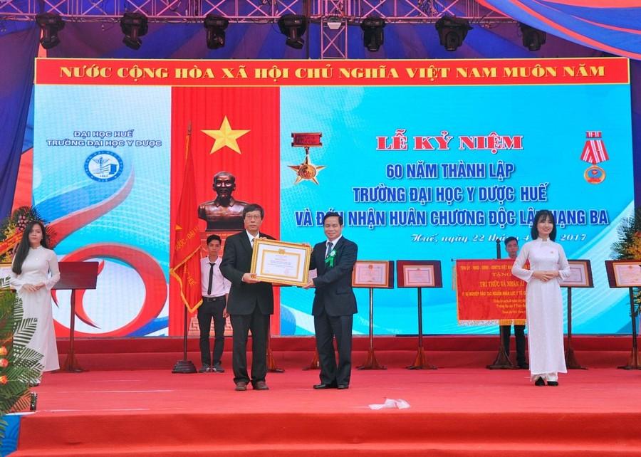 Đ/c Biểu K'ré – UVTW Đảng, Phó trưởng ban thường trực Ban chỉ đạo Tây Nguyên trao bằng khen ban chỉ đạo Tây Nguyên cho Nhà trường