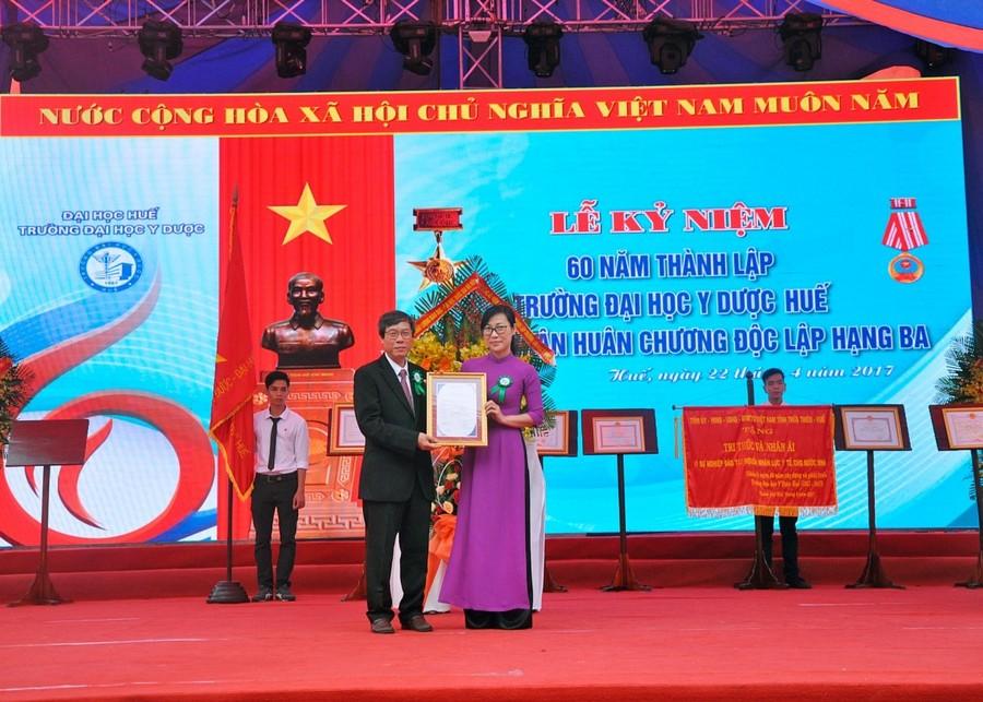 TS. Tạ Thị Thu Hiền - Phó Giám đốc Trung tâm kiểm định chất lượng giáo dục -ĐH Quốc gia Hà Nội trao giấy chứng nhận kiểm định chất lượng giáo dục cho Trường ĐH Y Dược Huế