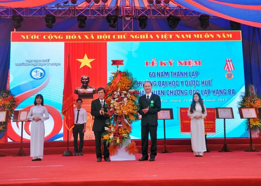GS.TS Lê Quang Cường – Ủy viên Ban cán sự Đảng, Thứ trưởng Bộ Y tế tặng hoa chúc mừng