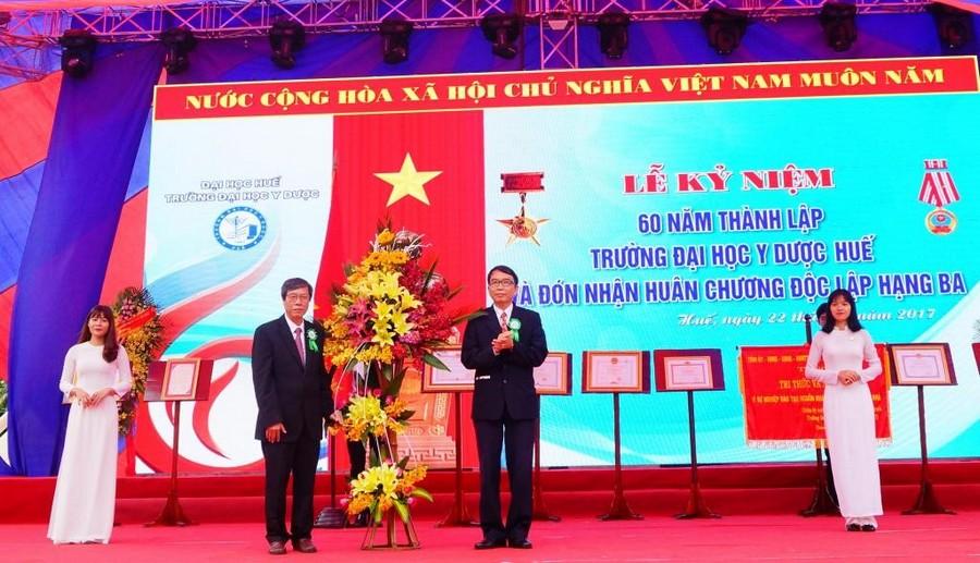 PGS.TS. Nguyễn Quang Linh, Giám đốc Đại học Huế tặng hoa chúc mừng Nhà trường