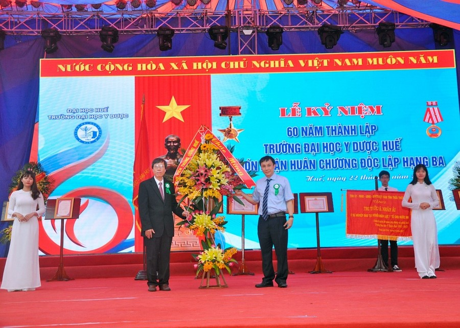 PGS.TS Phạm Như Hiệp – Giám đốc BVTW Huế tặng hoa chúc mừng Nhà trường